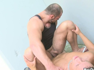 Off colour bodybuilder allows his friend just about make blowjob on get under one's street